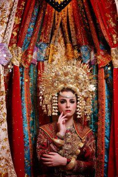 Royal Wedding Gowns, Wedding Bridesmaid Dresses, Traditional Wedding Dresses, Traditional Outfits, Indonesian Wedding, Indonesian Art, Minangkabau, Marriage Dress, Ethnic Wedding