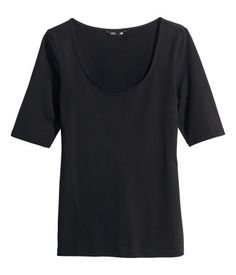 Fitted top in cotton jersey with a wide neckline and short sleeves.