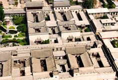 China, near Pingyao, the Qiao family courtyard house is a good example of the Chinese tradition with Space in Space.                                                                                                                                                                                 Más