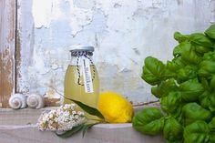 Basilikum-Sirup ist wie Sommer in der Flasche! Er passt zu eisgekühltem Prosecco, gibt aber auch Mineralwasser einen frischen Aroma-Kick.
