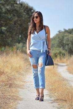 Light blue wrap top+ripped jeans+navy pep-toe pumps+navy bucket bag. Late  Summer Outfit 2016. Top azul claro+vaqueros ripped+zapatos de tacón azules  con ... 2af30a35d8ce