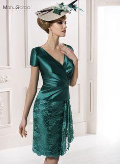 Conjunto de dos piezas en mikado verde y encaje a tono, cuerpo liso a pliegues adaptado y manga corta, falda de encaje con recogido en un costado.
