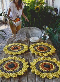 Perfect Crochet Sousplat Models – Knitting And We Crochet Placemat Patterns, Crochet Mandala Pattern, Crochet Cross, Crochet Chart, Knit Crochet, Free Crochet, Crochet Kitchen, Crochet Home, Crochet Sunflower