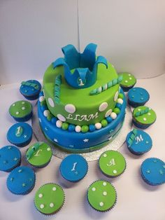 Boy's cake with cupcakes for a first birthday, made by http://de-ouwe-taart.nl
