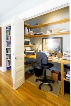 small home office ideas via Bright Bold & Beautiful Que la recámara se esconda