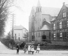 Zwolseweg, Heilige Hartkerk, gezien vanuit de Radstakeweg. Zonder toren, die er pas in 1933 bijkwam. De kinderen staan op de hoek met de Kerkstraat
