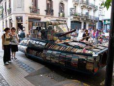 Raúl Lemesoff ha creado este tanque (que llama Arma de Instrucción Masiva), que va regalando libros por Buenos Aires.