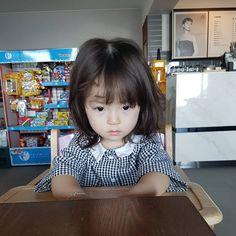 아무 생각이 없다.. 피곤해#예콩이 #프래밀리호텔... - dad @agijagi_dad Cute Asian Babies, Korean Babies, Asian Kids, Cute Baby Couple, Cute Little Girls, Cute Kids, Kids Girls, Baby Kids, Dad Baby