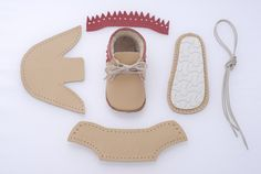 DIY baby shoes don't come cuter than these. Yes, this ingenious little company…Small company's sewing kit for baby shoes.Learn to make a DIY skirt at home with your sewing machine in one hour. Easy and FREE tutorial. Doll Shoe Patterns, Baby Shoes Pattern, Baby Moccasin Pattern, Sewing For Kids, Baby Sewing, Sewing Diy, Leather Baby Shoes, Felt Shoes, Baby Moccasins