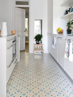 Kitchen Flooring Ideas - Our attractive high-end vinyl as well as rubber floors are the perfect mix of function as well as style. Here are simply a few cooking area flooring suggestions to obtain you started! Best Flooring, Vinyl Flooring, Kitchen Flooring, Flooring Ideas, New Kitchen, Kitchen Dining, Kitchen Decor, Home Interior, Interior Design Kitchen
