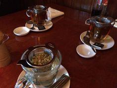 Het drinken van mooie losse thee met een theefilter