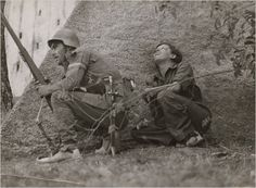 Gerda Taro junto a un soldado republicano durante la Guerra Civil por Robert Capa