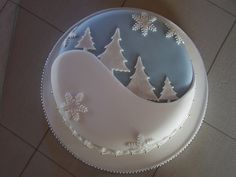 Clever use of a simple design for your Christmas Cake Christmas Cake Designs, Christmas Cake Decorations, Christmas Cupcakes, Holiday Cakes, Christmas Desserts, Christmas Treats, Fondant Christmas Cake, Xmas Cakes, Cake Icing