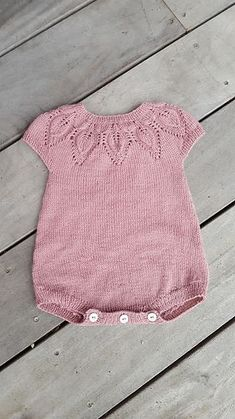 Baby Knitting Patterns Lille Dahlia Romper pattern by Lene Holme Samsøe… Knitted Baby Clothes, Knitted Romper, Baby Knits, Knitting For Kids, Baby Knitting Patterns, Free Knitting, Body Baby, Baby Romper Pattern