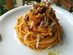Spaghetti con pesto di pomodorini e pistacchi, pomodoro secco e pecorino