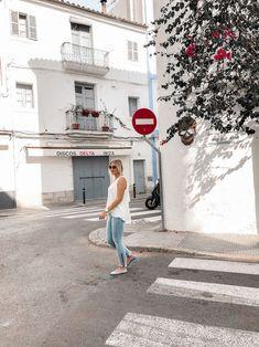 Das perfekte Frühsommer Outfit mit weißer Bluse, Jeanshose und Ballerinas Heutiges Outfit, Bluse Outfit, Denim Look, Ballerinas, Alice, White Dress, Streetstyle, Outfits, Blog