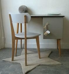 """Un joli bureau très élégant avec ses pieds fuselés et aussi pratique avec son caisson à tablettes pour y ranger livres et cahiers... Un modèle très vintage ! Dimensions : L : 90cm, l. : 50cm, h : 75cm <h2><img alt=""""oiseau-mon-petit-meuble"""" src=""""http://cluster013.ovh.net/~monpetitt/wp-content/uploads/2014/01/oiseau-mon-petit-meuble.jpg"""" width=""""45"""" height=""""48"""" /> Too late !</h2> Partager sur : [share title="""" """" socials=""""facebook, twitter, google, pinterest, bookmark"""" class="""""""" ..."""