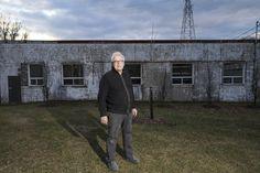 Portrait de Jean-Pierre Morin devant son atelier à Québec. Morin, Portrait, Stone, Atelier, Headshot Photography, Portrait Paintings, Drawings, Portraits