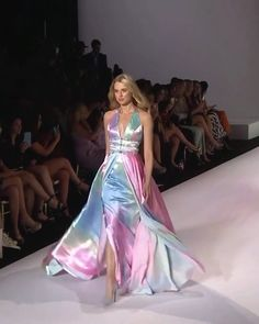 Sherri Hill Look Spring Summer 2020 Collection Poly Gioti giotipoly Μoda Colorful Backless Sheath Evening Maxi Dress / Prom Gown with Open Back, a Skirt and a Train. Runway Show by Sherri Hill Poly Gioti Colorful B Satin Dresses, Elegant Dresses, Sexy Dresses, Nice Dresses, Casual Dresses, Fashion Dresses, Dresses For Work, Backless Dresses, Satin Gown