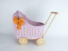 Wiklibox wicker & alder wood doll stroller in Light Pink colour with a soft muslin bedding. Cotton Bedding, Cotton Fabric, Dolls Prams, Light Pink Color, Bassinet, Wicker, Little Girls, Colours, Wood