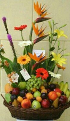 Flores y frutas Tropical Flower Arrangements, Flower Arrangement Designs, Edible Arrangements, Tropical Flowers, Fruit Flowers, Fall Flowers, Beautiful Fruits, Garden Crafts, Centerpieces