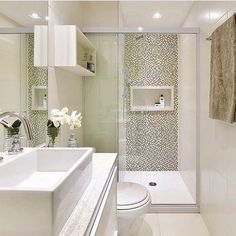 """Banheiro sem janela. O segredo é a iluminação branca e acabamentos claros.  2,279 curtidas, 17 comentários - Decore Seu Lar Design (@decoreseulardesign) no Instagram: """"Moderno e Versátil, Banheiro pequeno, porém muito bonito, decorado com um mix de pastilhas dentro…"""""""