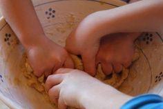 Pasta di sale; si può dipingere dopo cotta oppure prepararla già con coloranti alimentari :)