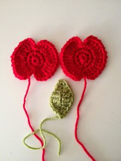 Yesterday I went with my son and daughter to see the Blood Swept Lands and Seas of Red poppy installation at the Tower of London. Knitted Poppy Free Pattern, Knitted Flower Pattern, Crochet Flower Tutorial, Crochet Instructions, Crochet Bows, Crochet Motif, Diy Crochet, Crochet Crafts, Fabric Crafts