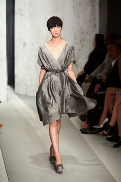 WRAP DRESSES..Wrap dresses are wonderful for women who have a pear shaped body. They accentuate the small waist a woman with a pear shaped body has. Wrap dresses are also good for women who want to accentuate the proportions of their body. It pulls attention to a woman's curves in a lovely, feminine way. They seem to minimize the waist and add some attention to the bust.