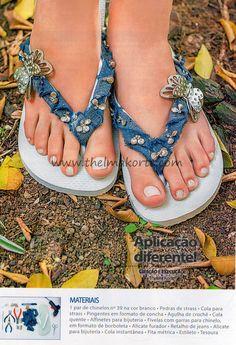 PASSO A PASSO DE COMO FAZER CHINELOS FORRADOS COM  JEANS E DECORADOS COM PINGENTES Denim Sandals, Boho Sandals, Denim Furniture, Denim Slides, Flip Flop Craft, Decorating Flip Flops, Beaded Shoes, Cheap Flip Flops, Recycled Denim