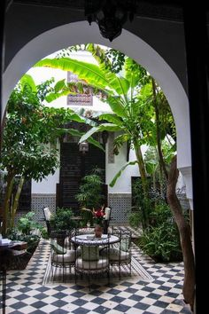 Three days in Marrakech: A laid back itinerary for Marrakech - Riad in Marrakech, Morocco. Read the perfect itinerary for Marrakech! Best Riads In Marrakech, Marrakech Morocco, Architecture Durable, Sustainable Architecture, Ancient Architecture, Arch Architecture, Patio Interior, Interior And Exterior, Moroccan Design