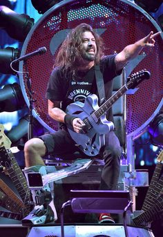 Dave Grohl not letting a tiny minor thing like a broken leg keep him down (At The Forum)
