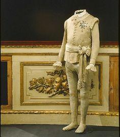 Gustav III:s maskeraddräkt i randig silkestrikå använda av Gustav III vid attentatet på Operan 1792 den 16 mars.Namn   Ägare: Gustav III av Sverige  Leverantör: Mazer  Datering  1792-03-16Övriga Nyckelord  byxorSamling  LivrustkammarenInventarienummer  31186 (3497:d)