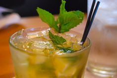 Drink Ernest Hemingway's Favourite Drink the Mojito in Cuba. Share your drinking tips, tales and photos from Mojito experiences in Cuba. Tea Cocktails, Classic Cocktails, Refreshing Cocktails, Spicy Mango Mojito Recipe, Titos Vodka Recipes, Smoothie, Most Popular Cocktails, Cocktail Illustration, Simple Syrup