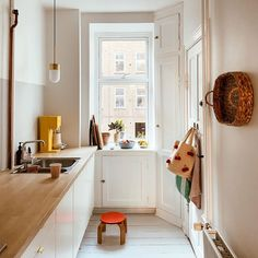 You are in the right place about home decor scandinavian bathroom Here we offer you the most beautif Kitchen Ikea, Kitchen Decor, Appartement Design, Decor Scandinavian, Tiny Spaces, Home And Deco, Apartment Kitchen, Küchen Design, Interiores Design