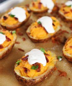 Mezcla el interior de una papa al horno con queso Cheddar y Sriracha, luego hornéala de nuevo. | 34 Deliciosas recetas que puedes hacer con papas