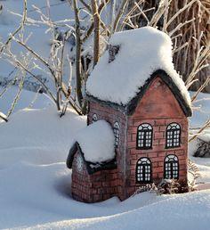 Huset er modellert i betongleire. Gingerbread, Design, Sculpture, Ginger Beard