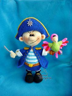 Veuillez noter : Ce est un modèle uniquement et pas le fini de jouets !  Modèle de tricot par Larisa Kostyleva  MATÉRIAUX et outils que vous aurez besoin :  -un fils dans la peau, bleue, bleus, bruns, noirs, verts, blancs, rouges, brillantes roses couleurs claires (jai utilisé 100 % laine acrylique (292 m  100 g)) ; -aiguilles à tricoter (jai utilisé une aiguilles à tricoter de 2,5 mm) ; -correspondant au crochet crochet (jai utilisé 1,5 mm) ; -fil-le diamètre et la quantité dépend de la…