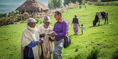 Um irmão pregando as boas novas a dois homens de um povoado na Etiópia