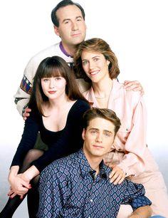 Carol Potter (en haut à droite) qui jouait Cindy Walsh - Beverly Hills 90210 : Découvrez à quoi ressemblent les acteurs aujourd'hui - Voici