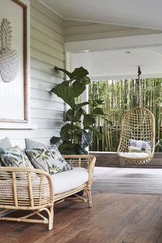 sillas colgantes de mimbre e en el jardín y la terraza