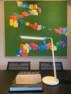 Deeze sierlijke lamp is leverbaar in eiken, essen, walnoot en zwart en (zoals hier) wit eiken. De lichtbron van de Swan is afgedekt waardoor de lamp diffuus licht geeft. Doordat hij  wel op het bureau is gericht is het echter wel voldoende. De kleurtemperatuur is warm (2800 kelvin). De voet is verzwaard met zacht mat en wit corian. De lamp geeft voldoende licht om bij te kunnen werken of lezen, maar kan ook gedimd worden voor meer sfeer. #tunto #thuiswerkplek #designlighting