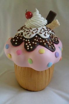 Pote de vidro revestido em biscuit Clay Jar, Fimo Clay, Polymer Clay Crafts, Foam Crafts, Diy And Crafts, Biscuit Cupcakes, Cupcake Boutique, Bakery Sign, Felt Cake
