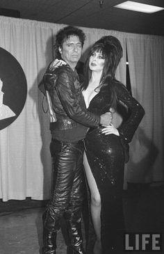 Alice Cooper and Elvira. He looks thrilled, she (as always) looks amazing. Alice Cooper, Cassandra Peterson, Rock & Pop, Rock And Roll, Dark Beauty, Gothic Beauty, Freddie Mercury, Elvira Movies, Cinema
