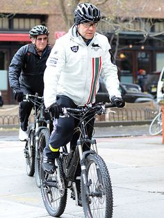 Russell Crowe proves you can—and should—wear glasses even when you're biking!