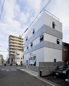K / kokko is a minimalist house located in Osaka, Japan, designed by Kimura Matsumoto. The site faces a busy road - near this house, there a. Japanese Architecture, Contemporary Architecture, Site Face, Design A Space, Villa, Interesting Buildings, Japanese House, Japanese Design, Minimalist Home