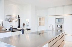 Eco-Friendly Cleaners to Clean and Polish Stainless Steel Appliances Metal Kitchen Cabinets, Kitchen Benchtops, Kitchen Countertops, Latest Kitchen Trends, Latest Trends, Stainless Steel Counters, Countertop Materials, Quartz Countertops, Aluminium