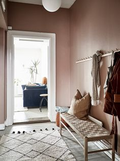Dit appartement heeft een roze gang – en nu willen wij het ook This apartment has a pink hallway – and now we want it too – room Pink Hallway, Hallway Colours, Interior Rugs, Interior Door, 1920s Interior Design, Hallway Inspiration, Home Decor Inspiration, Decor Ideas, Color Terracota
