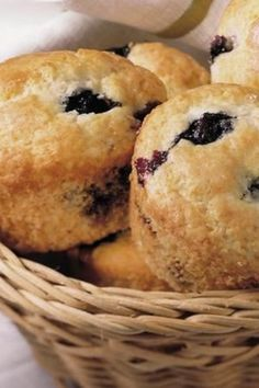 Nothing beats homemade blueberry muffins. Muffin Recipes, My Recipes, Baking Recipes, Snack Recipes, Fun Desserts, Delicious Desserts, Yummy Food, Blueberry Delight, Homemade Blueberry Muffins