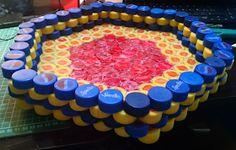 De Todo, Un Poco .: Papelera de tapas recicladas de plástico Projects To Try, Birthday Cake, Diy, Desserts, Food, Ideas, Beer Caps, Bottle Cap Crafts, Bottles